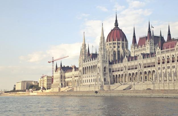 ブダペスト、ハンガリーのハンガリー国会議事堂の遠景 無料写真