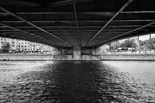 白と黒の背景の建物と運河に架かる橋 無料写真