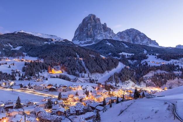 雪に覆われた山の美しい村 無料写真