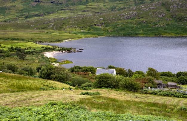 アイルランドのメイヨー州の湖の近くの美しい渓谷のハイアングルショット 無料写真