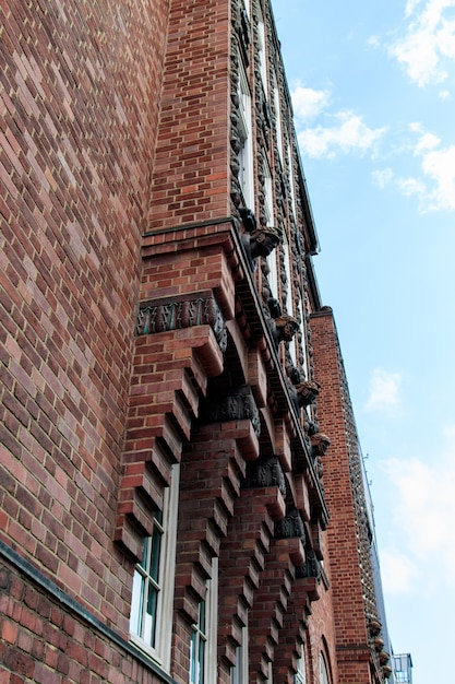 美しい曇り空の下で赤い建物の垂直ローアングルショット 無料写真