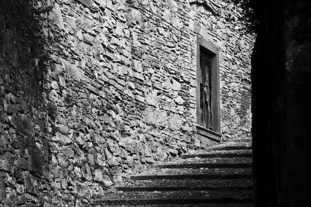 Красивая съемка лестницы в середине зданий в черно-белом Бесплатные Фотографии
