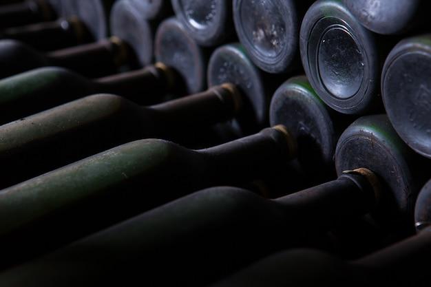 Красивый выстрел из винных бутылок, расположенных в порядке Бесплатные Фотографии