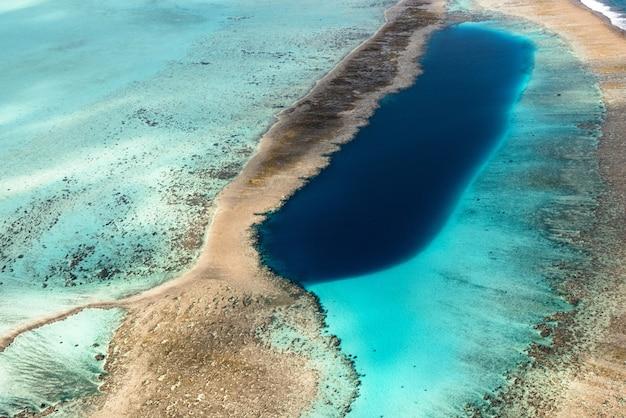 砂と混合した海の野生の自然シーンの美しいハイアングルショット 無料写真