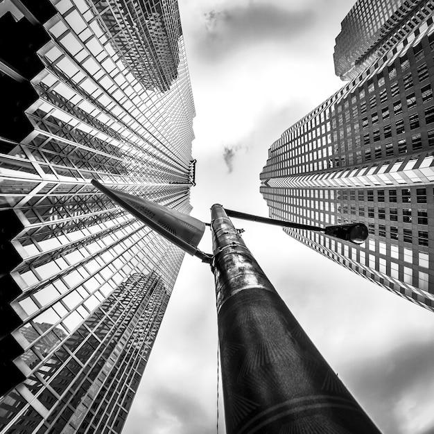 カナダのトロントの金融街にある高層ビルのグレースケールローアングルショット 無料写真