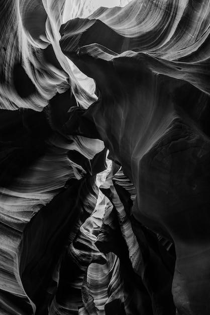 米国アンテロープキャニオンの美しい崖の垂直方向のグレースケールショット 無料写真