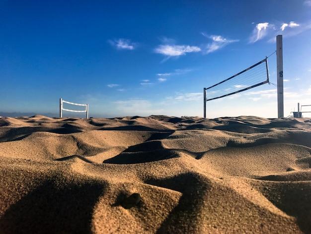 Волейбольная сетка на песчаном пляже в яркий солнечный день Бесплатные Фотографии