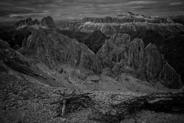 黒と白で撮影された美しい山と丘 無料写真