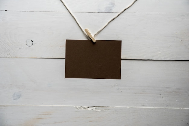 白い木製の壁とロープに接続されている空の記号 無料写真