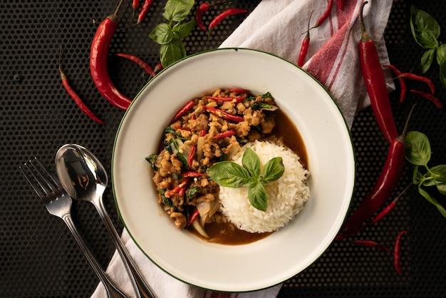 白い丸皿にご飯と赤唐辛子を皿します。 無料写真