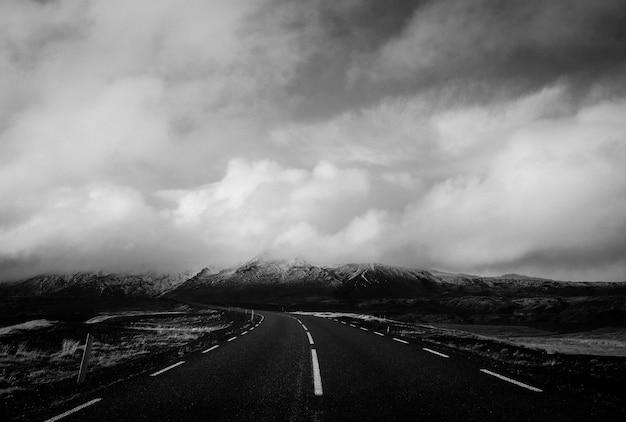 息をのむような雲のある狭い道の美しいショット 無料写真