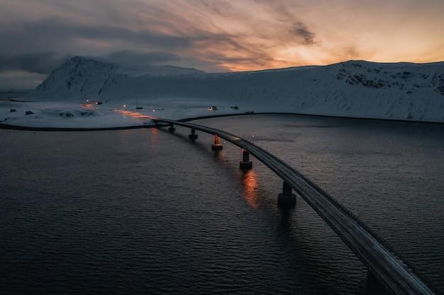 山の真ん中にある海に架かる橋 無料写真