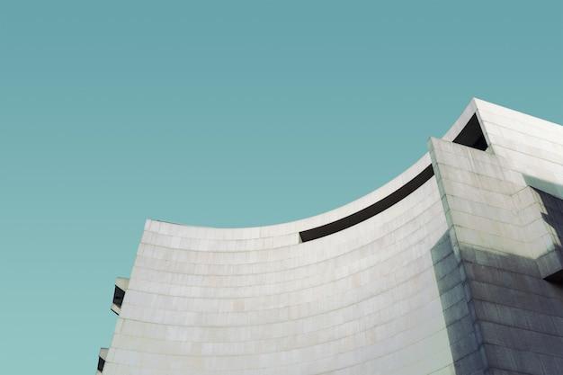 青空の下のコンクリート構造物 無料写真
