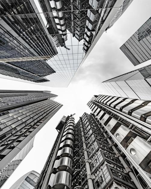 空に触れる現代のビジネスビル風景 無料写真