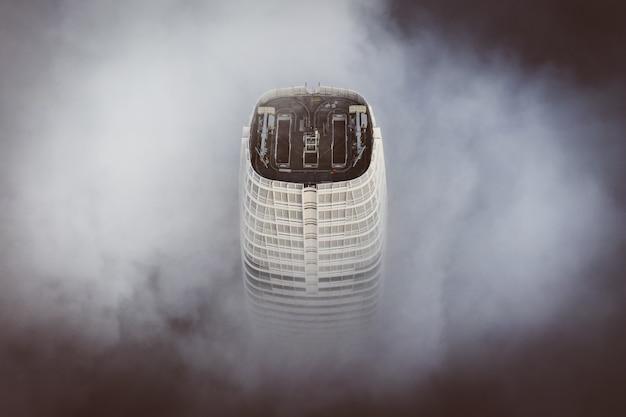 サンフランシスコで最も高い建物の最上部は雲に包まれています 無料写真