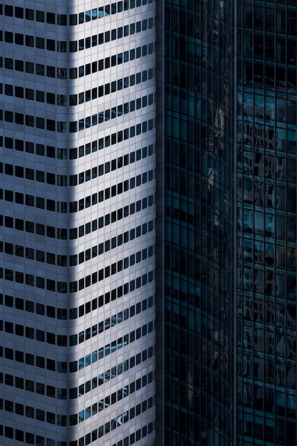 ドイツ、フランクフルトのガラスのファサードの高層ビルの垂直方向のショット 無料写真
