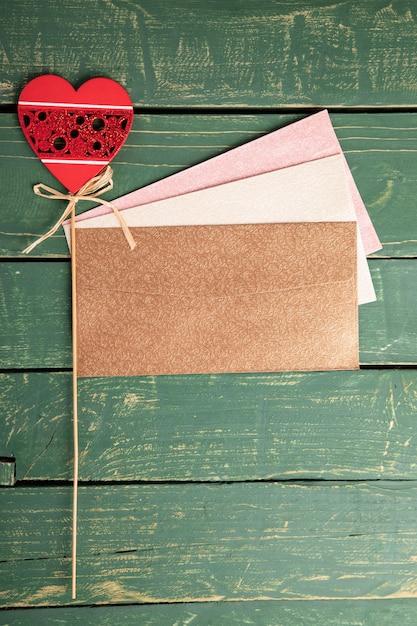 木製のテーブルにハートの手紙 無料写真