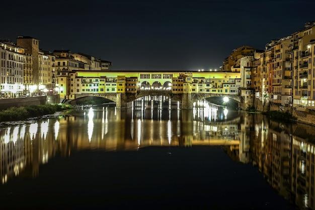Мост понте веккио во флоренции, италия Бесплатные Фотографии