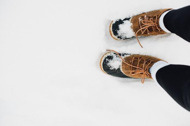 雪で覆われた暖かい毛皮のブーツ 無料写真