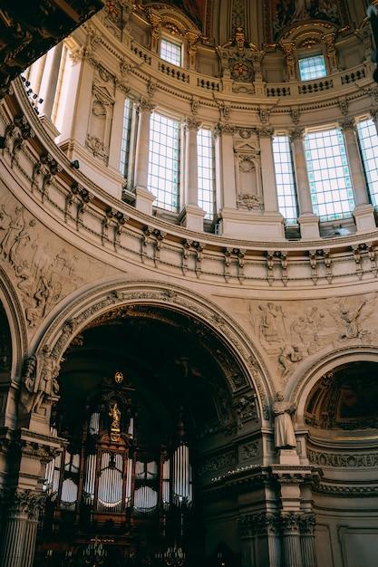 古い建物の美しい彫刻と窓の垂直ローアングルショット 無料写真