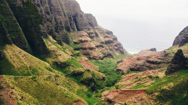 ハワイ、カウアイで撮影された海の上の崖の美しい景色 無料写真
