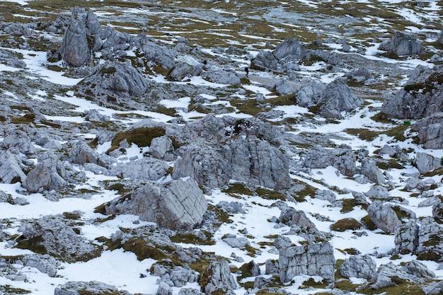 イタリアアルプスの雪で覆われた石の土地のテクスチャのハイアングルショット 無料写真