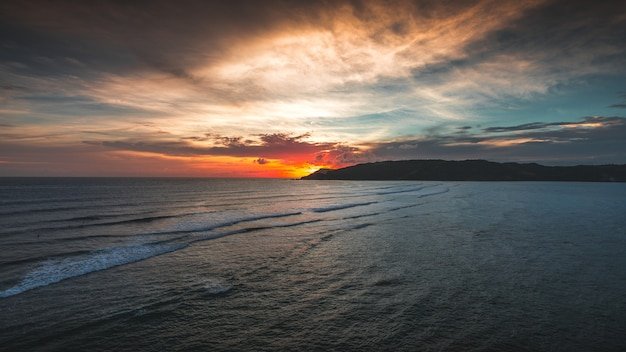 インドネシア、ロンボクで撮影された夕日の静かな海の壮大な景色 無料写真