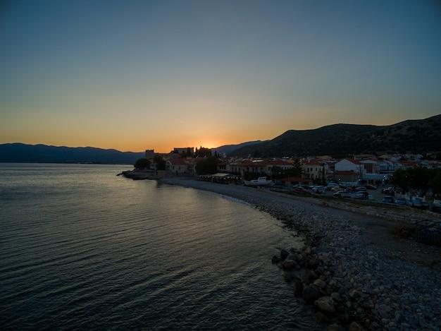 Захватывающий снимок солнца, поднимающегося над пляжем в самосе, греция Бесплатные Фотографии