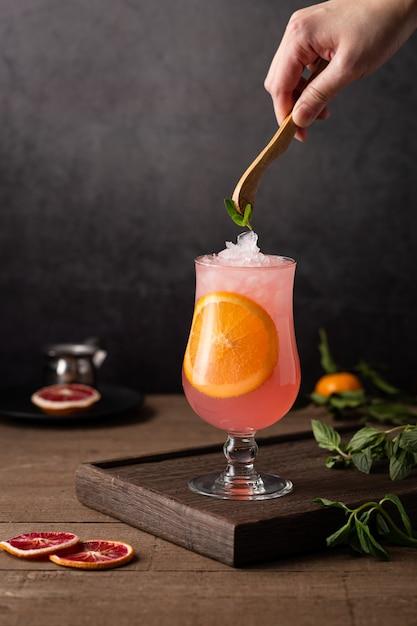 オレンジスライスが入ったグレープフルーツカクテルのグラス 無料写真