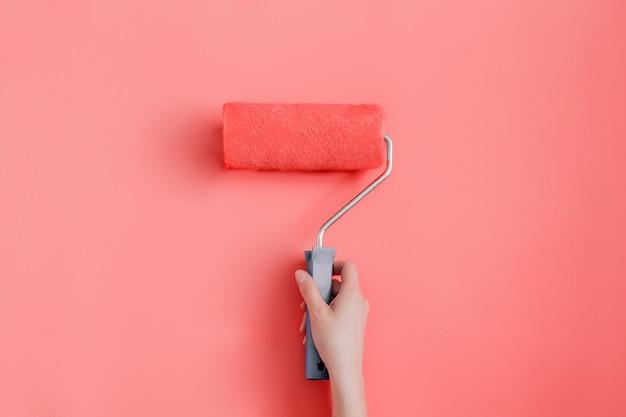 壁をトレンディな生きているサンゴ色で塗り替える Premium写真