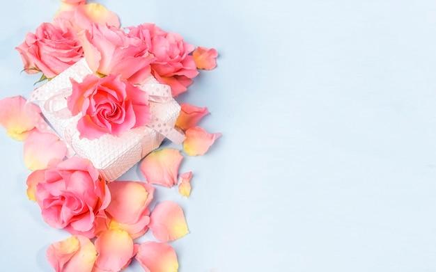 Нежные розы над подарочной коробкой Premium Фотографии
