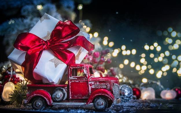 おもちゃのトラックの大きな贈り物 Premium写真