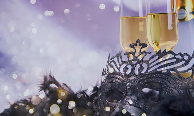 Черная карнавальная маска с блестящими бокалами для шампанского Premium Фотографии