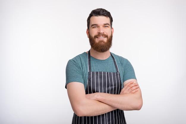 Курсы кулинарного рисунка портрет уверенно бородатой плиты на белой стене. Premium Фотографии