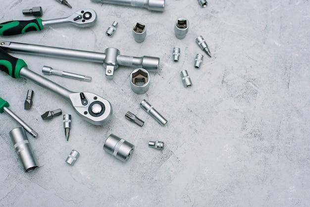 Концепция обслуживания и ремонта автомобилей. набор инструментов из нержавеющей хромированной стали. отвертка, гаечный ключ, гаечный ключ. квартира лежала. Premium Фотографии