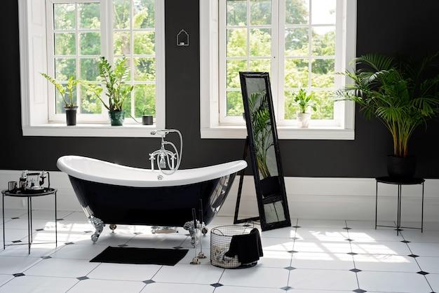 日当たりの良い大きな窓付きの銀の備品を備えた黒と白のモダンなバスルーム。インテリアデザインのコンセプト Premium写真