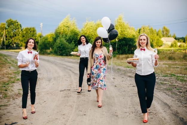 Девичник. невеста выходит замуж свадьба. Premium Фотографии