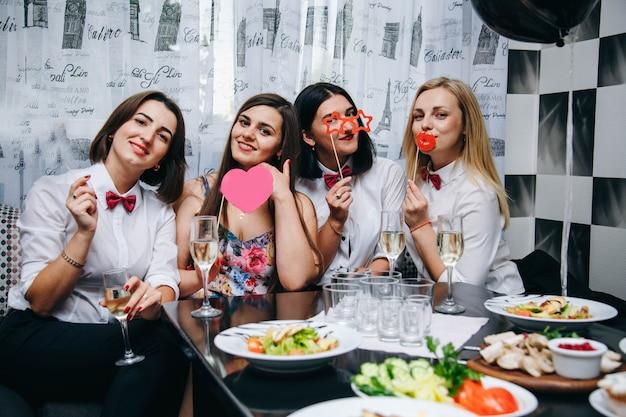 Девичник. невеста выходит замуж фото реквизит первый вечер. женщины на вечеринке. женщины пьют шампанское Premium Фотографии