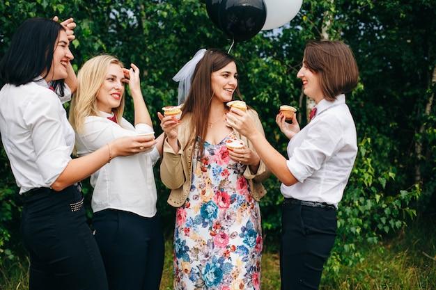 Девичник. свадьба. женщины на вечеринке. Premium Фотографии