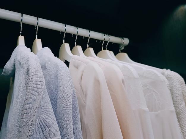 ワードローブの中にぶら下がっている女性のための服のグループ Premium写真