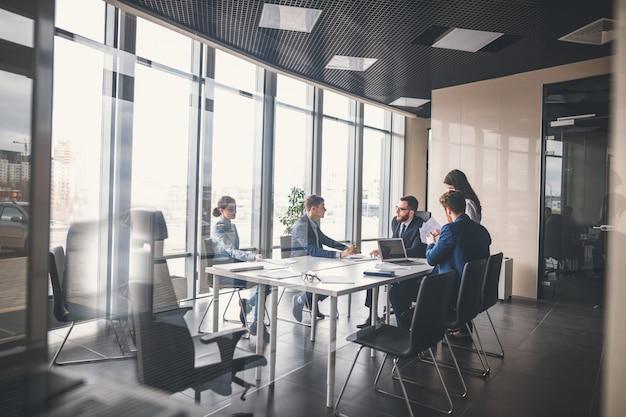 ビジネスチームと会議のマネージャー Premium写真
