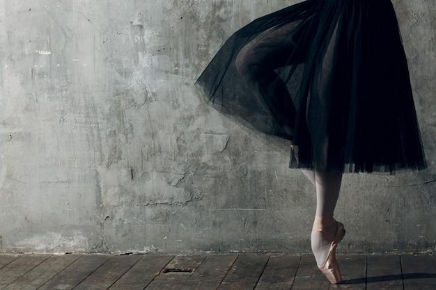 モダンバレエ、どんな目的にも最適なデザイン。バレエダンサーバレリーナ。トレーニングのバランスをとります。古典的な振付スタイル。美しいダンサーバレリーナ。クラッシック。エレガントなバレエスタイル。 Premium写真