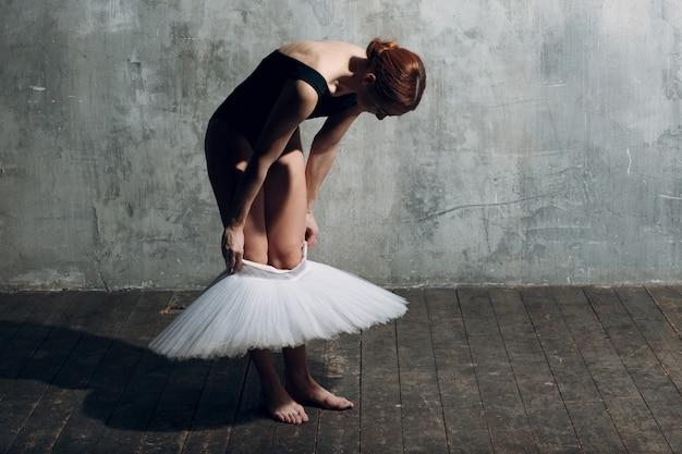 白いチュチュを着てバレリーナ。若い美しい女性バレエダンサー Premium写真
