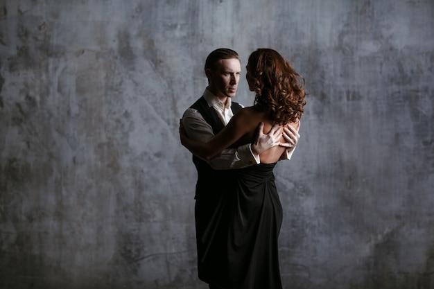 黒のドレスと男のダンスバルスの若いきれいな女性 Premium写真