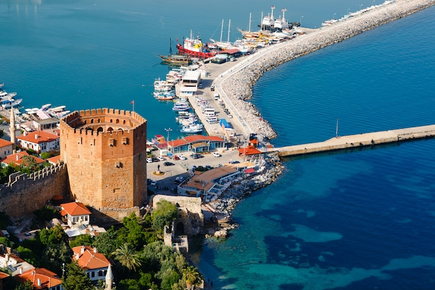 アランヤ半島、アンタルヤ地区、トルコ、アジアのキジルクレタワー。有名な観光地。オスマン帝国。 Premium写真