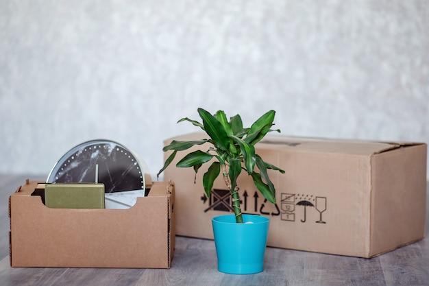 Переезд в новую квартиру с вещами в картонных коробках. Premium Фотографии