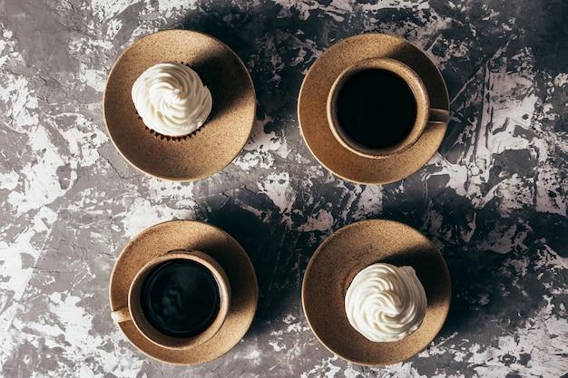 コーヒーのカップとカップケーキ。 Premium写真