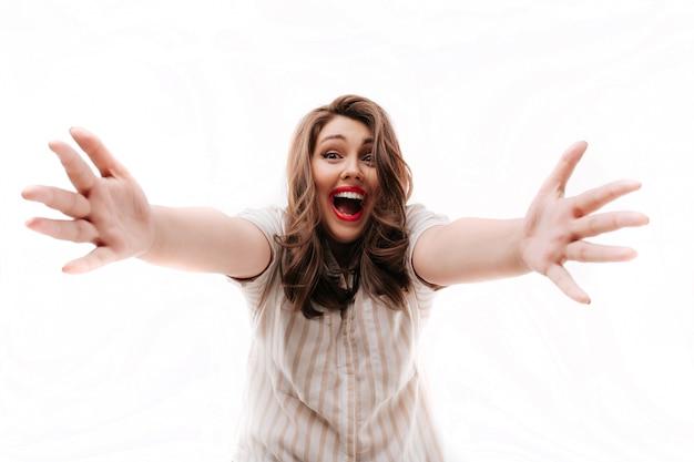 Взволнованная женщина, вытянув руки Premium Фотографии