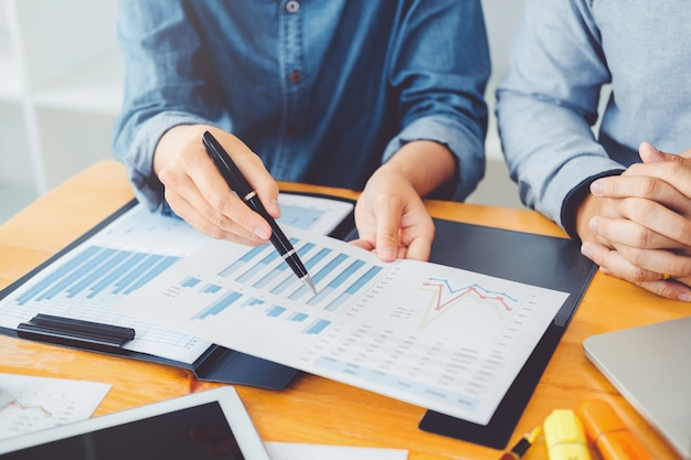 ビジネス共同作業会議新しい会議計画について話し合うチームミーティングの同僚 Premium写真