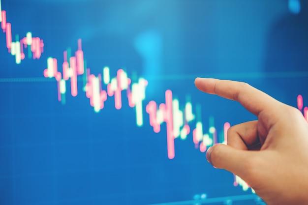 Деловой человек инвестиционные обсуждения и анализ графика фондового рынка торговли, акции Premium Фотографии